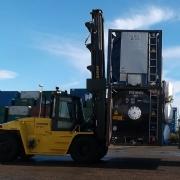 Tank Services Pernis (TSP) neemt 2 nieuwe Hyster containerheftrucks in gebruik.